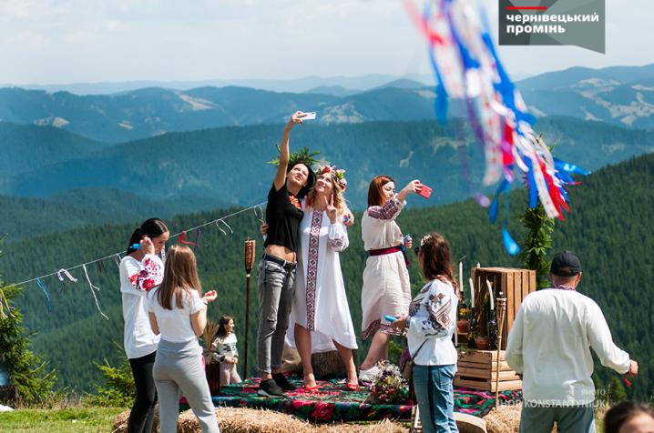 На одній з найвищих вершин буковинських Карпат відгуляли весілля