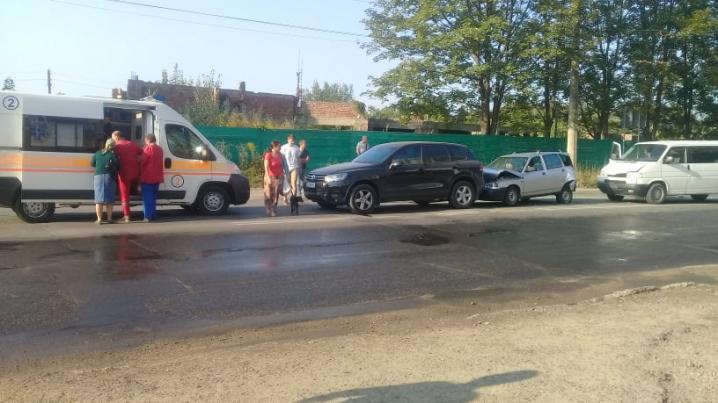 """У Чернівцях потрійна ДТП із постраждалими за участі """"Туарега"""", """"Жигулів"""" та мікроавтобуса"""