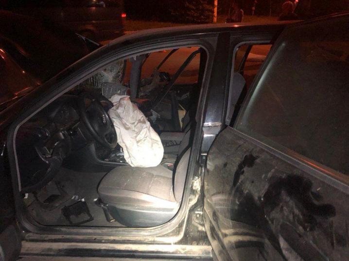 У Чернівцяїх п'яний водій в'їхав у дерево - автівка розбита вщент