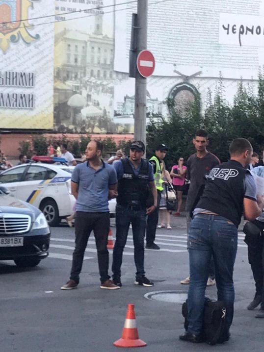 На Центральній площі поліція та ДБР затримали двох чоловіків