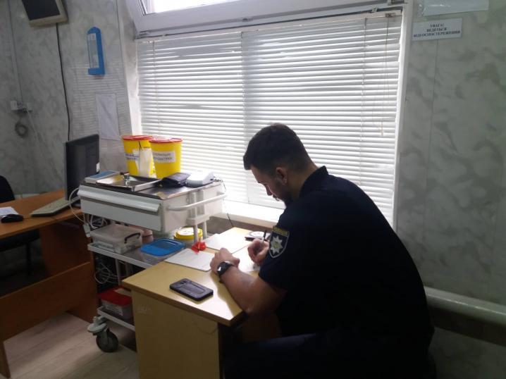 Начальник патрульної поліції Чернівецької області Артур Шкроб проходить тест на вміст наркотичних речовин