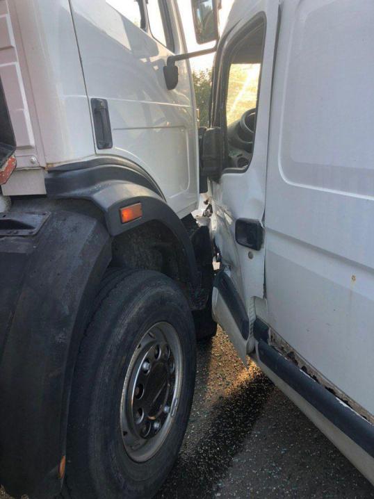 Біля Чернівців вантажівка протаранила мікроавтобус