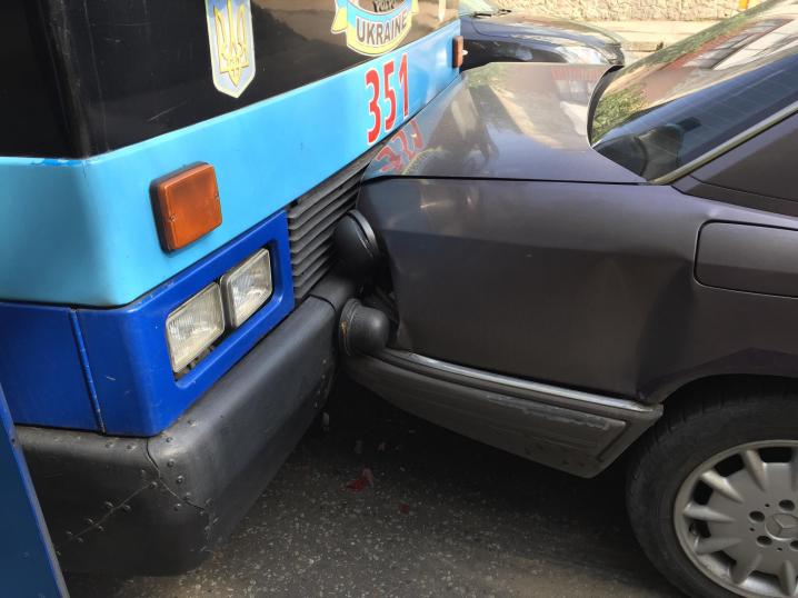 """У Чернівцях тролейбус протаранив 4 автівки - на місці пригоди """"швидка"""""""