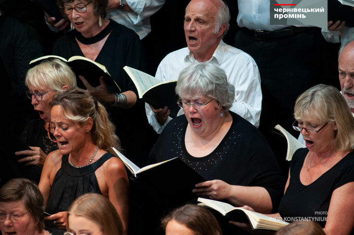 На сцені чернівецької філармонії одночасно виступили 135 музикантів та хористів