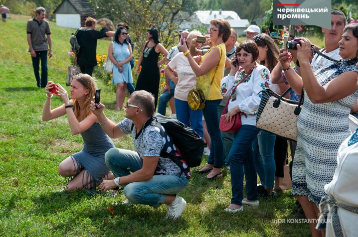 Майже дві сотні аматорів гуляли традиційні буковинські весілля у Музеї просто неба
