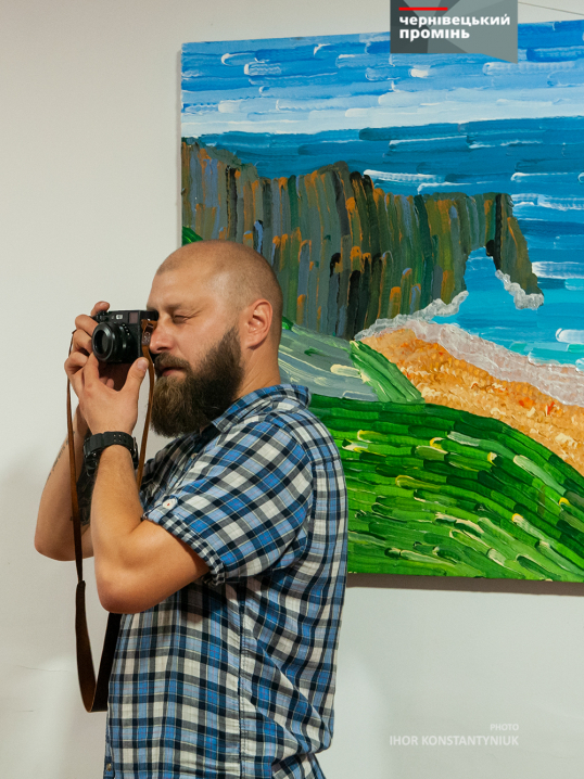 Особливий художник Данило Гулько презентував у Чернівцях виставку пейзажних картин