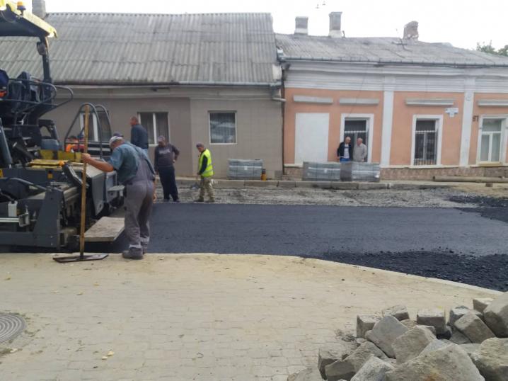 На вулиці Руській у Чернівцях розпочали стелити асфальт