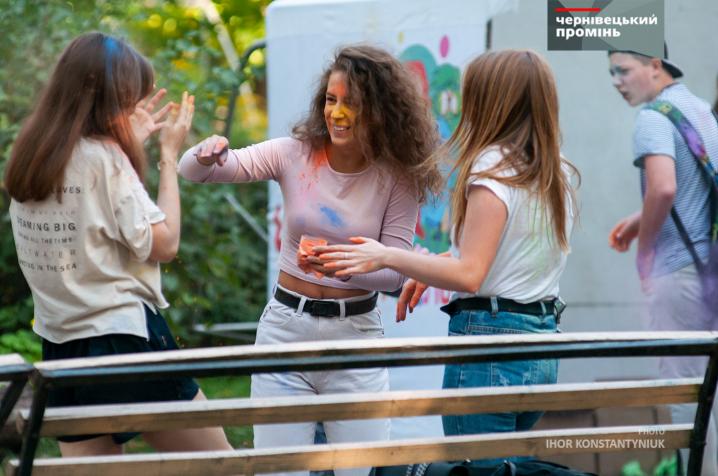 У парку Федьковича в Чернівцях молодь влаштувала «бої фарбами»