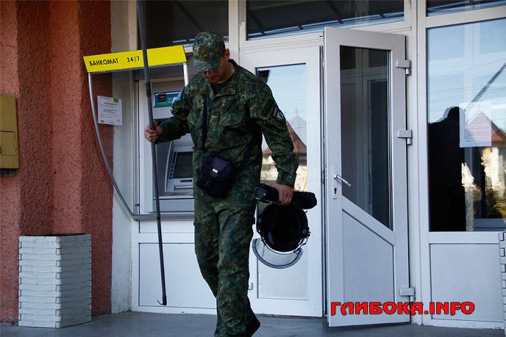 У приміщенні Глибоцької селищної ради виявили підозрілу валізу. Довелося викликати вибухотехніків