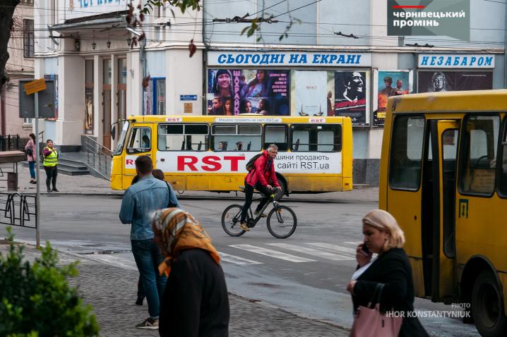 Чернівецьких велосипедистів зранку зупиняли на вулиці і пригощали кавою