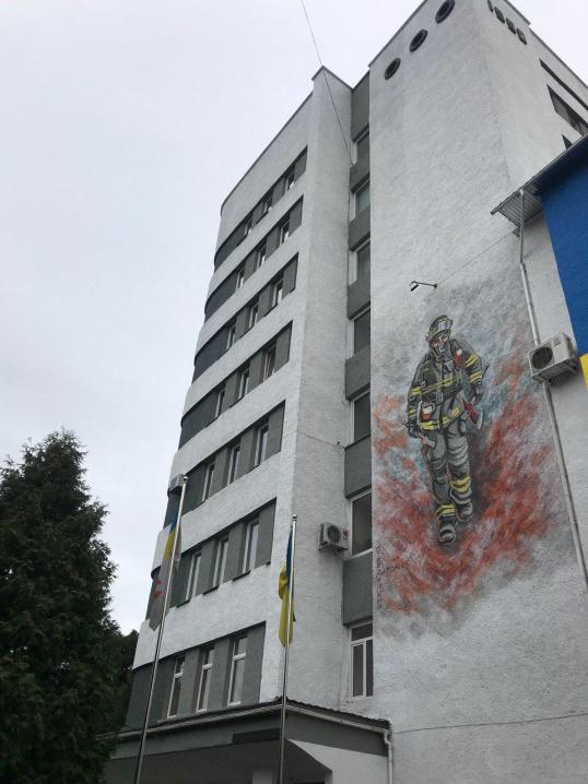 На будівлі рятувальників у Чернівцях з'явився мурал