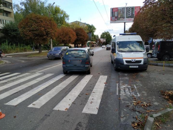 На вулиці Комарова у Чернівцях водій мінівена збив пішохода