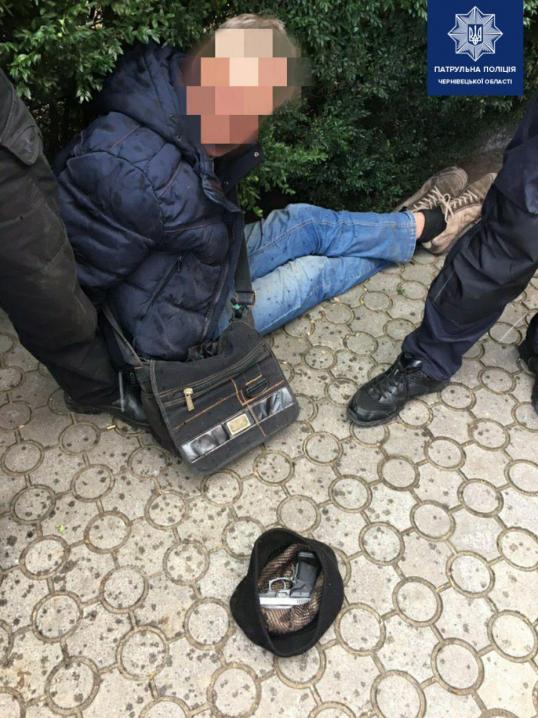 Подружжя патрульних затримали п'яного водія, який в'їхав у будівлю та намагався відстрілюватися