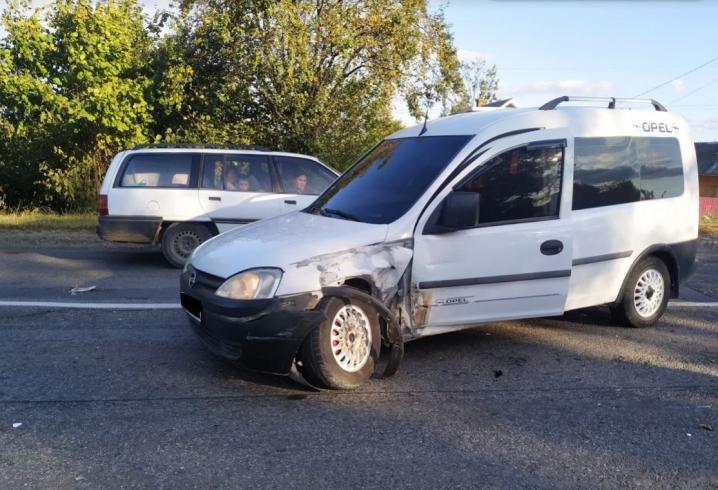 На Буковині мікроавтобус «Мерседес» протаранив «Опель» з дітьми