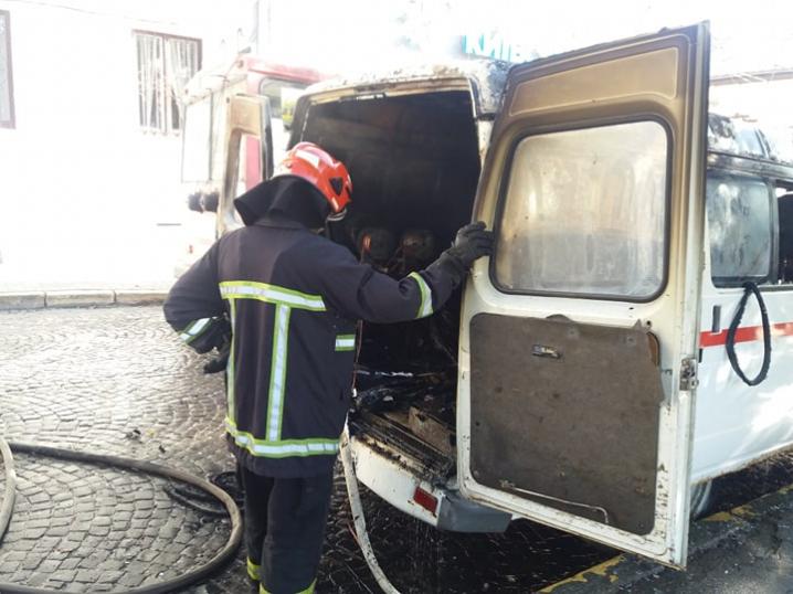 На Соборній площі згорів мікроавтобус