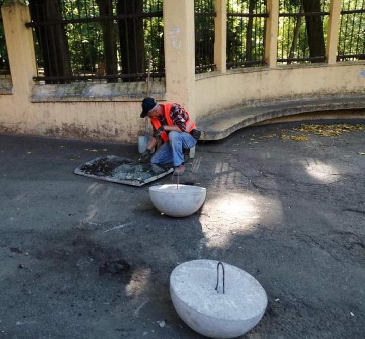 Біля парку Шевченка встановлюють антипаркувальні засоби