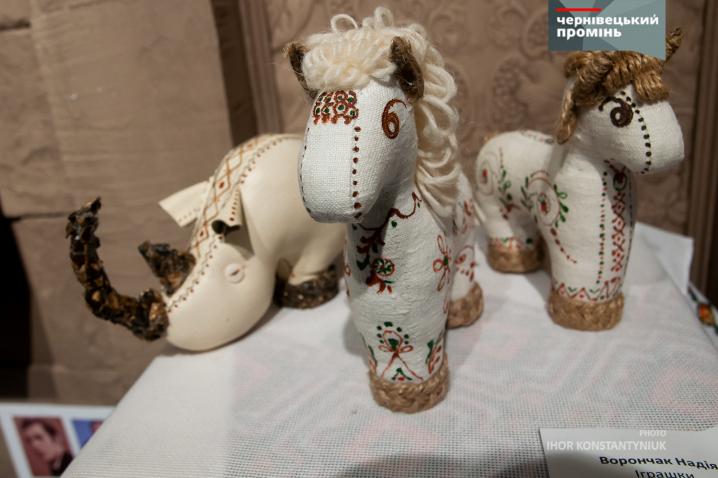 Вижницькі майстри презентували у Чернівцях свої роботи