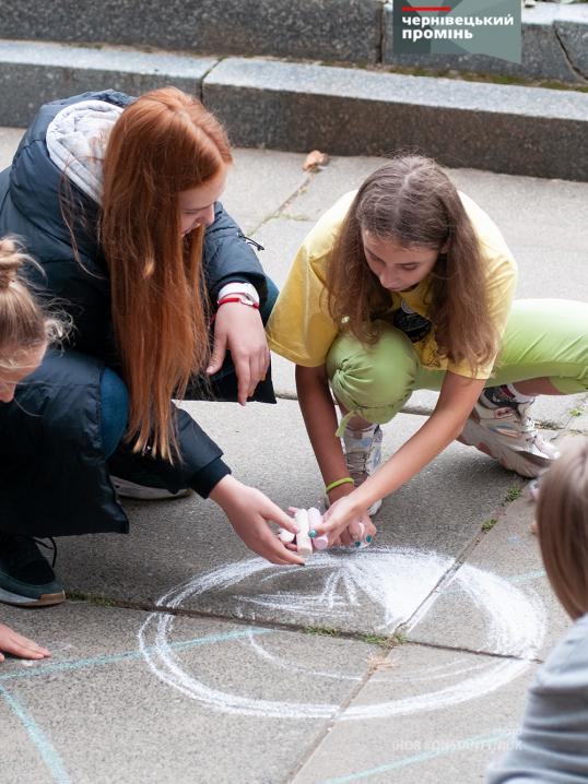 Десятки чернівецьких школярів розмальовували крейдою Центральну площу