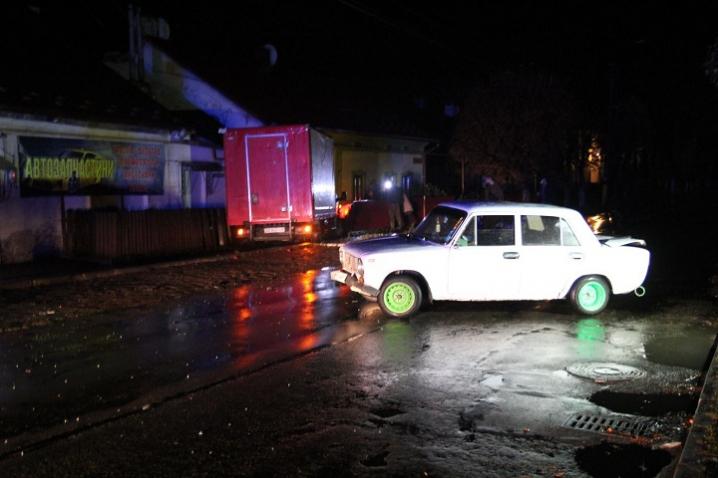 У Сторожинці вантажний автомобіль врізався в стіну житлового будинку