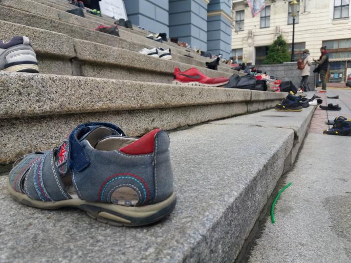 На сходах ратуші в Чернівцях розіклали 100 пар взуття