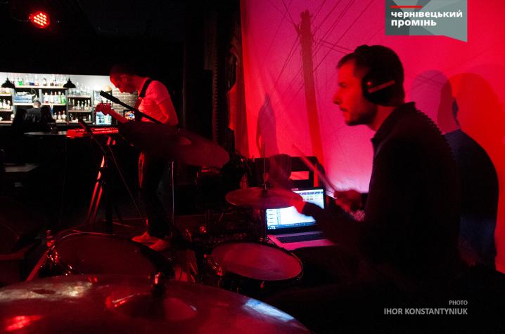 В Чернівцях відіграв концерт український synth-pop проєкт «Курносая Дура»