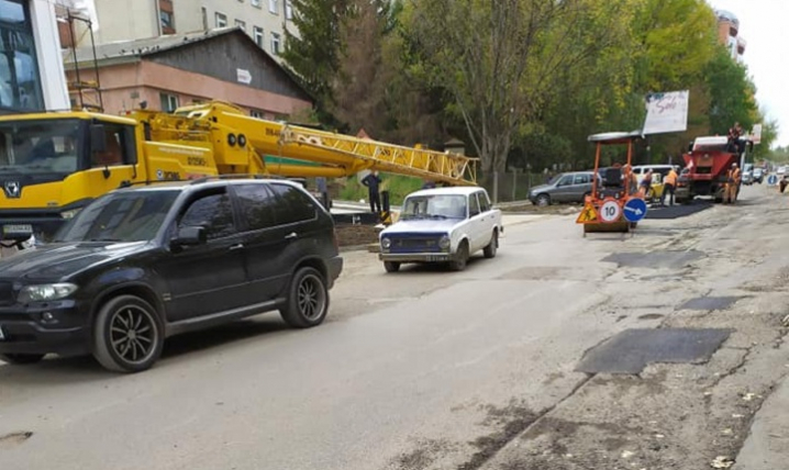 На дорогах Чернівців тривають ремонтні роботи