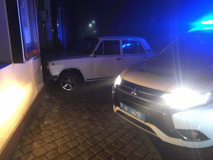 П'яний водій, тікаючи від патрульних, врізався в касу обласної філармонії