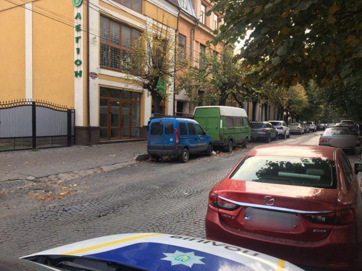 З вулиці Шевченка прибрали машини, через які неможливо було вивозити сміття