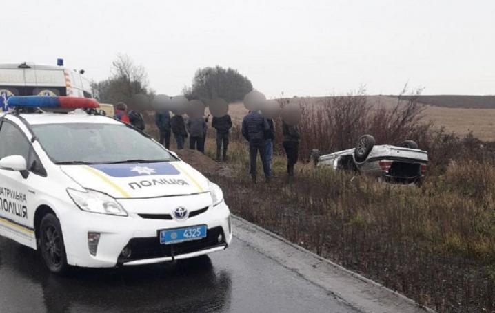 В Глибоцькому районі на мокрій дорозі перекинувся автомобіль