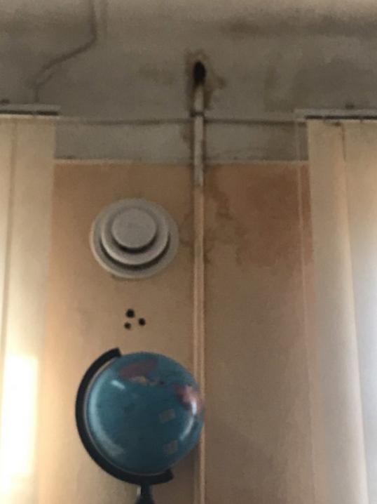 Мер Каспрук  звітує про завершення ремонту у гімназії №1, а чернівчани у відповідь публікують фото дірок у стелі