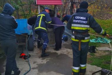 На Буковині рятувальники витягнули собаку з 13-метрового колодязя
