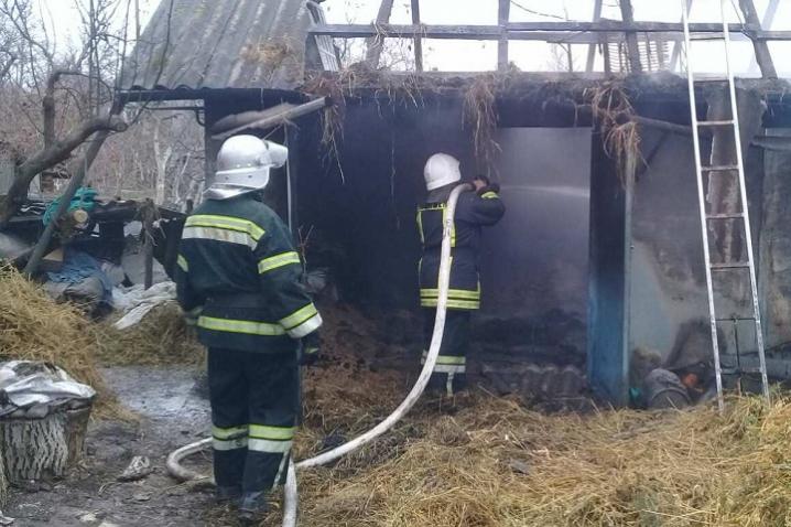 На Кельменеччині вогонь знищив автомобіль та  тонну зерна