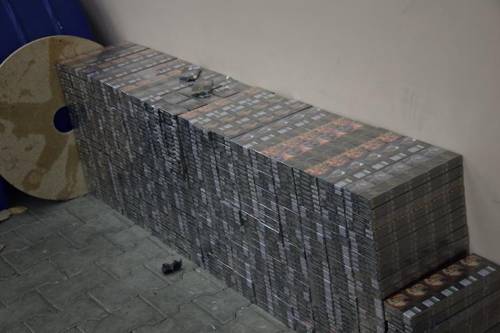 Чернівецькі прикордонники виявили рекордну партію сигарет майже на 6 мільйонів гривень