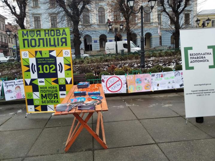 На Центральній площі правоохоронці консультували про протидію домашньому насильству