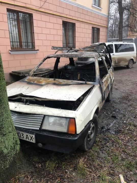 Цієї ночі у Чернівцях вщент згоріла автівка