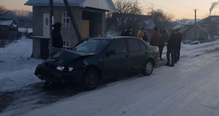 На Сторожинеччині ДТП: «Мазда» зіштовхнула з дороги «Гольф»