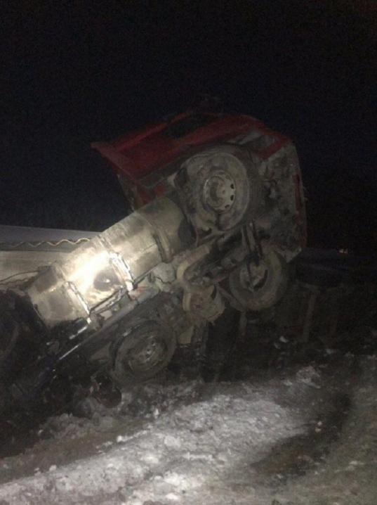 На Глибоччині вантажівка з'їхала з дороги та перекинулась