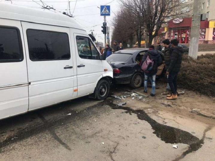 У Чернівцях на вулиці Комарова зіткнулись дві автівки