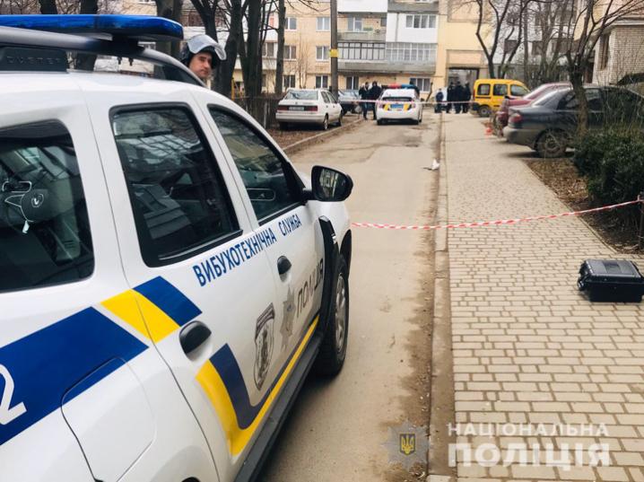 У Чернівцях у спальному районі затримали чоловіка з гранатою