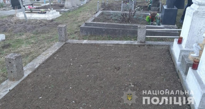На Кіцманщині розшукують вандала, який вчинив наругу над могилами