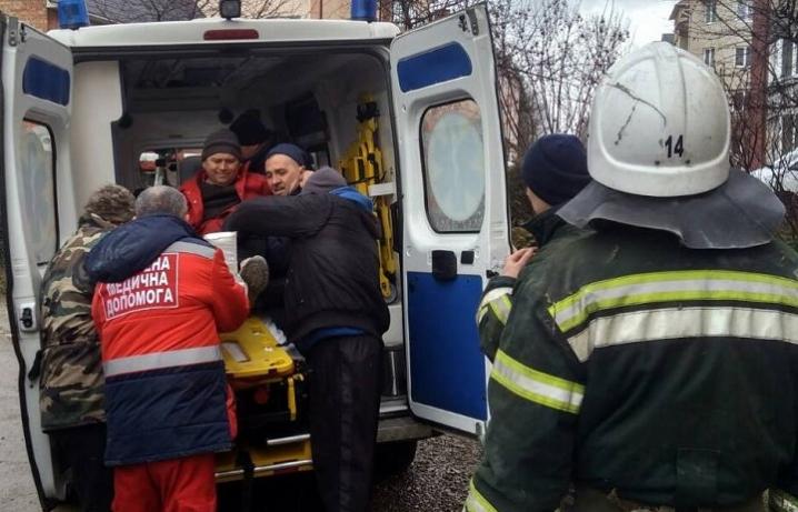 На Глибоччині чоловік впав з даху та травмувався