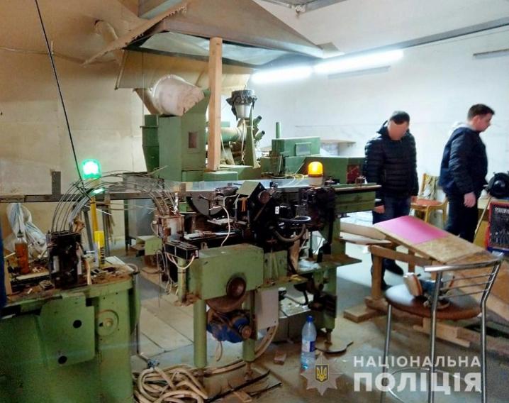 Буковинські правоохоронці виявили підпільний цех з виготовлення цигарок