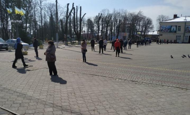 У Сторожинці волонтери організували пункт продажу багаторазових захисних масок