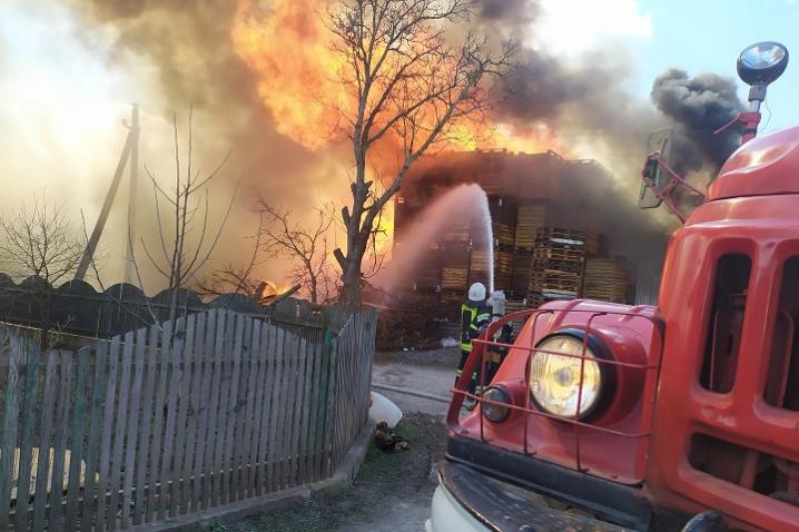 На Кельменеччині в господарській будівлі виникла пожежа