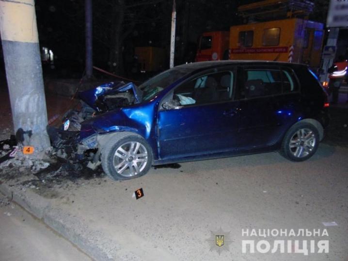 ДТП у Чернівцях: водій допустив зіткнення з електроопорою
