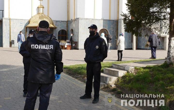 У Чернівцях поліцейські перевіряли чи дотримуються правил карантину віряни