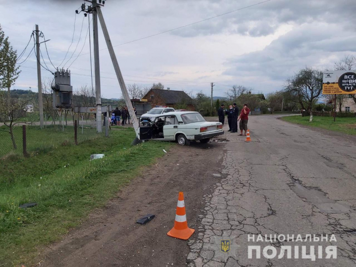 ДТП на Вижниччині: водій не впорався з кермуванням та зіткнувся з електроопорою