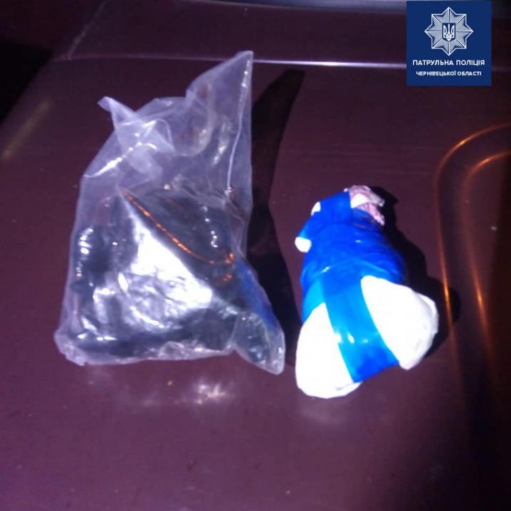 У Чернівцях в центрі міста патрульні затримали закладчика наркотиків