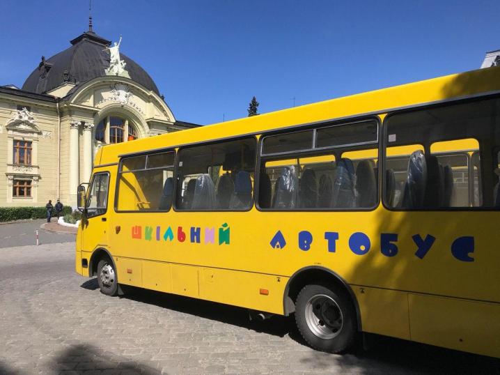 Нові шкільні автобуси отримали опорні школи Буковини
