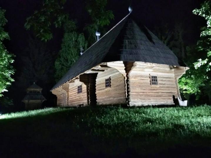 У Чернівцях освітили Музей народної архітектури і побуту